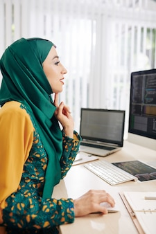 Vrouwelijke programmeur die code schrijft