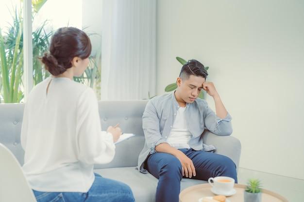 Vrouwelijke psychiater die luistert naar haar patiënt die traumatische gebeurtenissen heeft meegemaakt