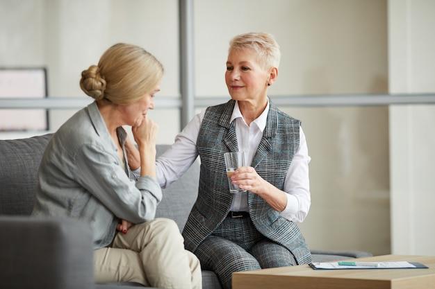 Vrouwelijke psycholoog raadplegen volwassen vrouw