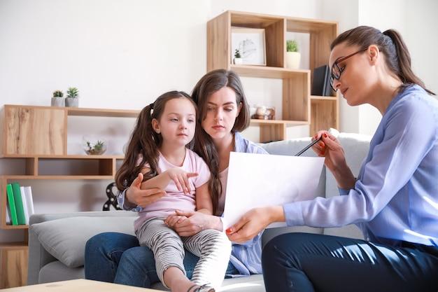Vrouwelijke psycholoog werken met familie in kantoor