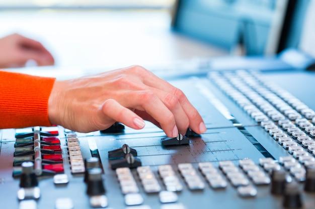 Vrouwelijke radiopresentator in radiostation op lucht