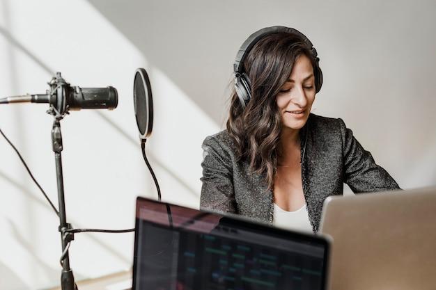 Vrouwelijke radiopresentator zendt live uit in een studio