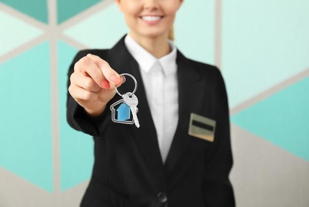 Vrouwelijke receptioniste met kamersleutel in hotel
