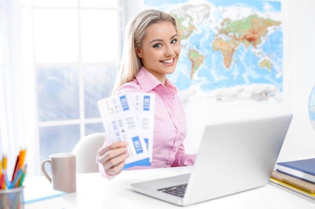 Vrouwelijke reisagent op kantoor