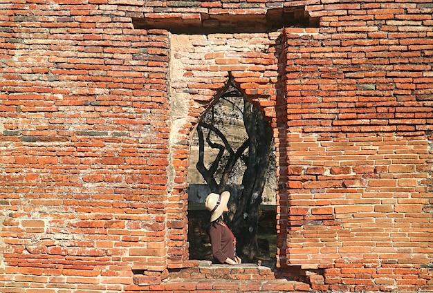Vrouwelijke reiziger die de historische ruïnes van wat phra si sanphet in ayutthaya thailand verkent