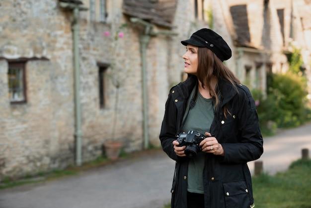 Vrouwelijke reiziger die een professionele camera gebruikt voor nieuwe herinneringen