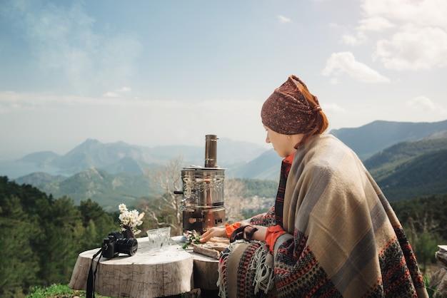 Vrouwelijke reiziger die een thee in de bergen van turkije heeft