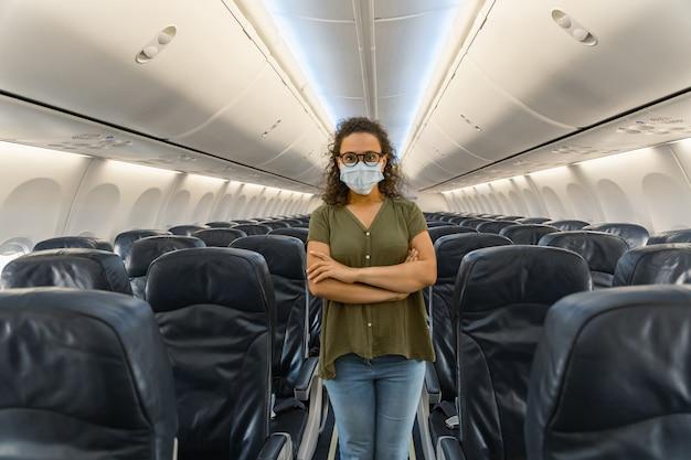 Vrouwelijke reiziger die masker draagt tijdens reis per vliegtuig
