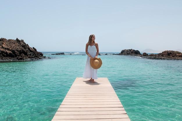 Vrouwelijke reiziger geniet van een luxe reis aan zee
