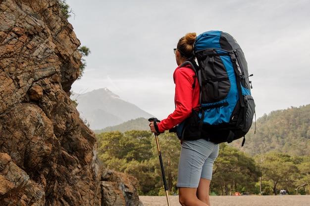 Vrouwelijke reiziger kijkt terug op heuvels in turkije