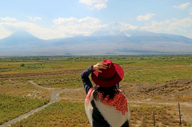 Vrouwelijke reiziger onder de indruk van de berg ararat