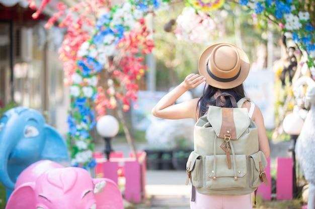 Vrouwelijke reizigers reizen gelukkig.