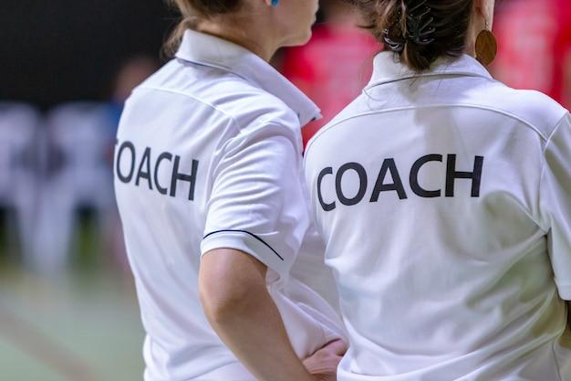 Vrouwelijke rijtuigen in wit coach-hemd