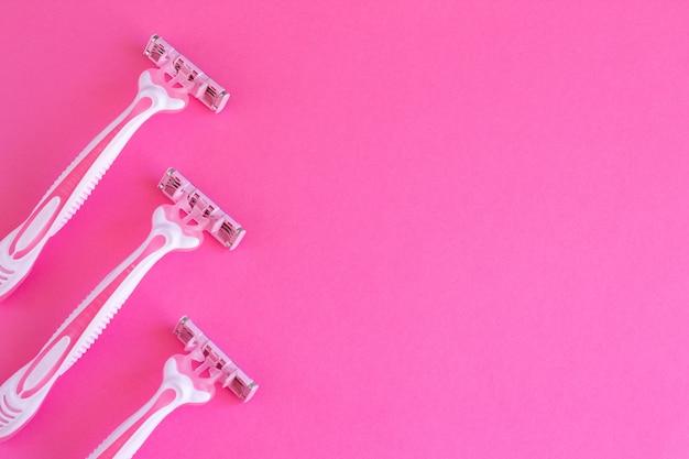 Vrouwelijke roze scheermessen op roze