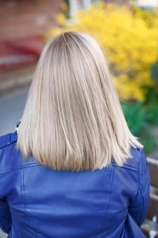 Vrouwelijke rug met kort steil blond haar