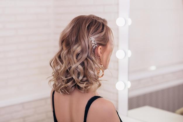 Vrouwelijke rug met ombre blond haar