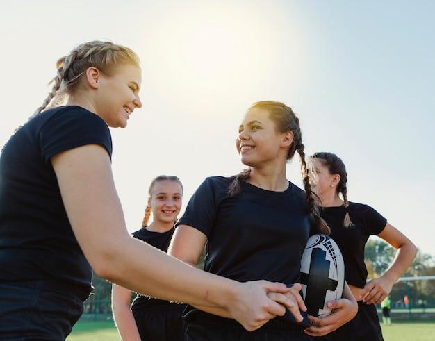 Vrouwelijke rugbyspelers die elkaar bekijken