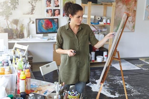 Vrouwelijke schilder in haar kunstatelier