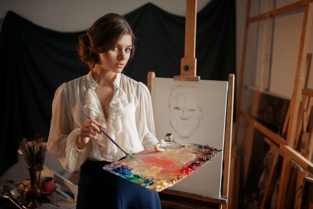 Vrouwelijke schilder met kleurenpalet en penseel