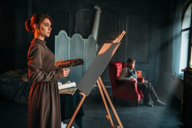 Vrouwelijke schilder met penseel en palet in handen