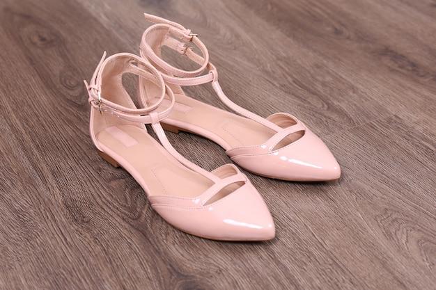 Vrouwelijke schoenen op de vloer