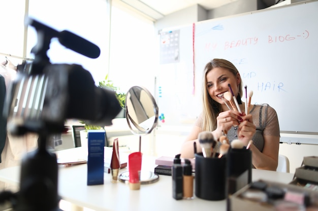 Vrouwelijke schoonheid blogger streaming make-up live video
