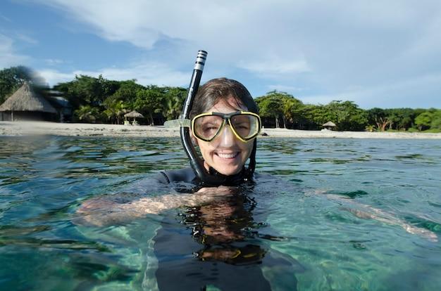 Vrouwelijke scuba-duiker in het overzees, utopia-dorp, utila, baaieilanden, honduras