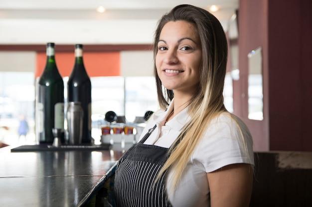 Vrouwelijke serveerster in de bar