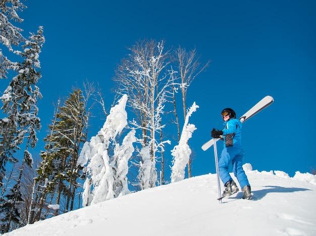Vrouwelijke skiër die van de sneeuw geniet