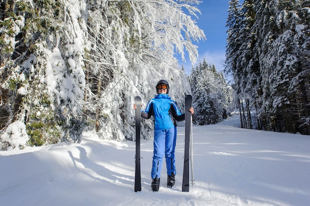 Vrouwelijke skiër in de winterbos