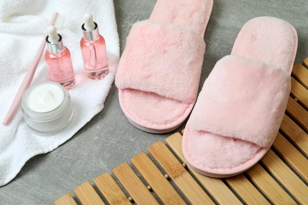 Vrouwelijke slaaproutine accessoires op grijze getextureerde tafel