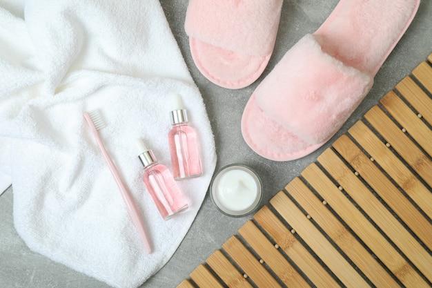 Vrouwelijke slaaproutine accessoires op grijze tafel