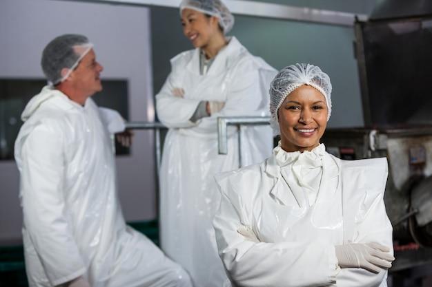 Vrouwelijke slager staande met gekruiste armen
