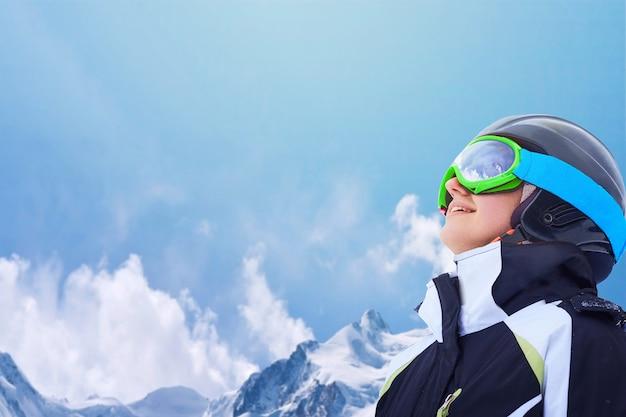 Vrouwelijke snowboarder op de berg met sneeuw