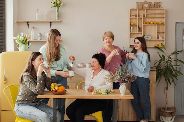 Vrouwelijke sociale club koffie drinken