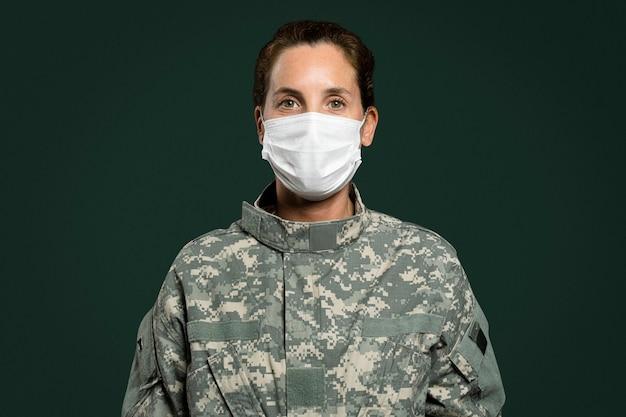 Vrouwelijke soldaat die een gezichtsmasker draagt in het nieuwe normaal