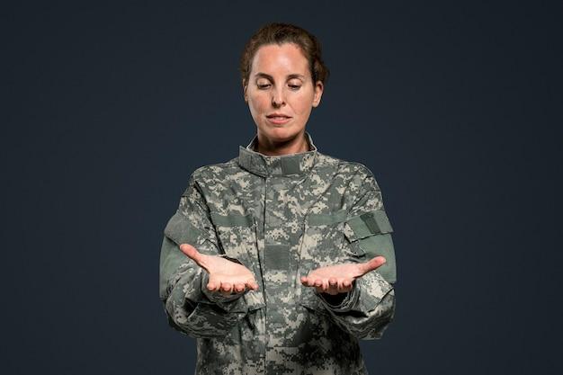 Vrouwelijke soldaat die onzichtbaar object presenteert