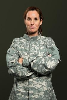 Vrouwelijke soldaat in een uniform portret