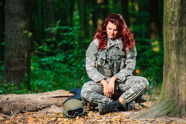 Vrouwelijke soldaat in het bos