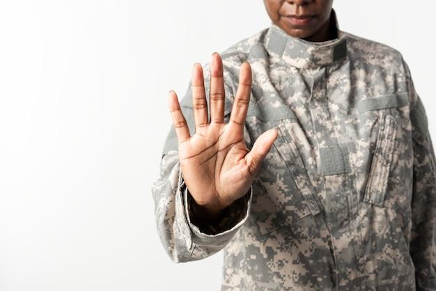 Vrouwelijke soldaat met handgebaar