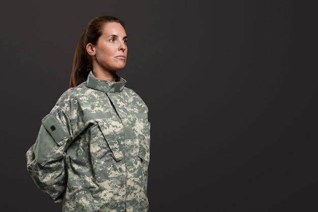 Vrouwelijke soldaat staat op zijn gemak militaire houding