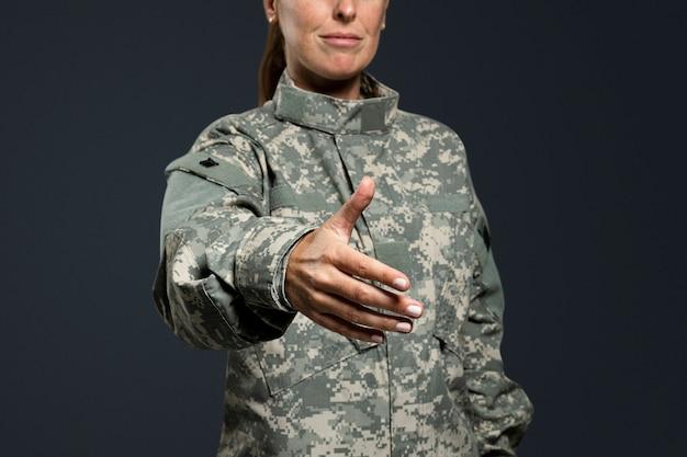Vrouwelijke soldaat strekte haar hand uit