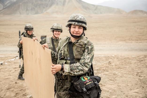 Vrouwelijke soldaten in grondcampagne