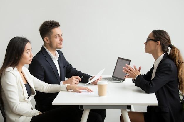 Vrouwelijke sollicitant geïnterviewd door hr-managers