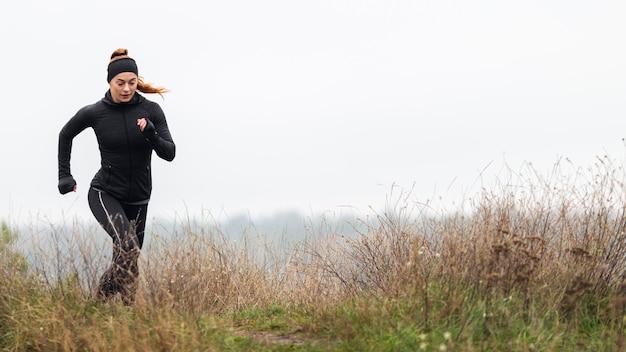 Vrouwelijke sportieve jogger buitenshuis uitgevoerd