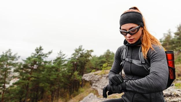 Vrouwelijke sportieve jogger die haar smartwatch bekijkt