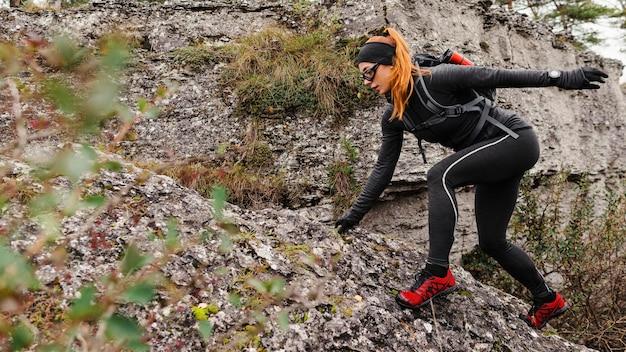 Vrouwelijke sportieve jogger klimstenen