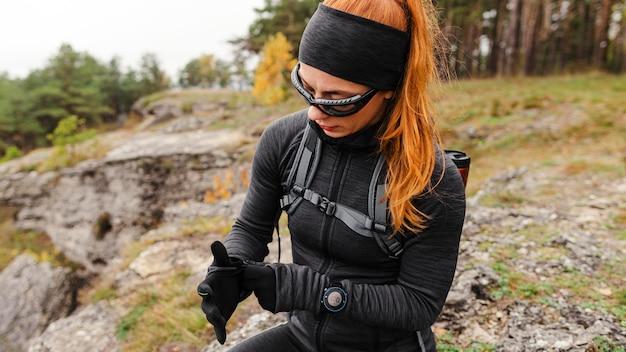 Vrouwelijke sportieve jogger middellange schot