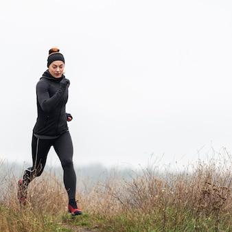 Vrouwelijke sportieve jogger uitgevoerd