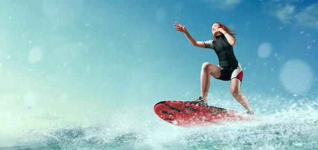 Vrouwelijke sportman windsurfer in wetsuit rijden aan boord en praat via de telefoon